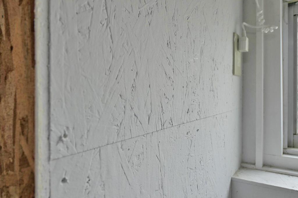 白の塗装にOSB合板の質感がいい塩梅