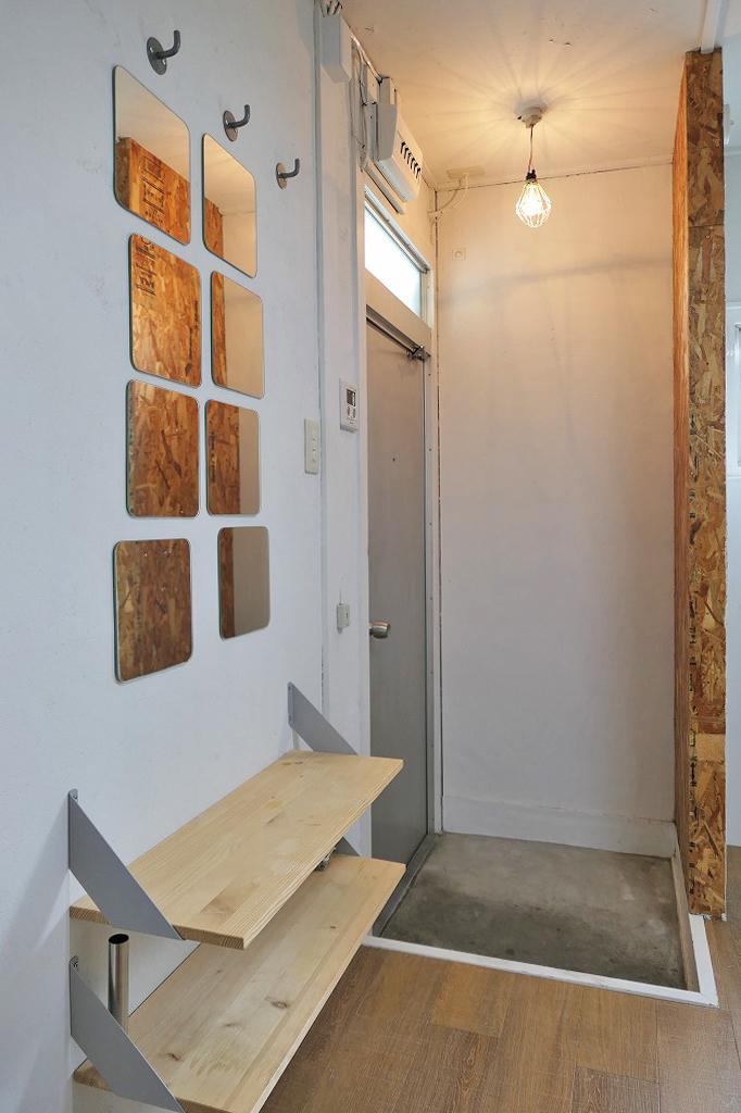 玄関周りはオープンな靴置き場やかばんを掛けるフック、鏡など嬉しい配慮。