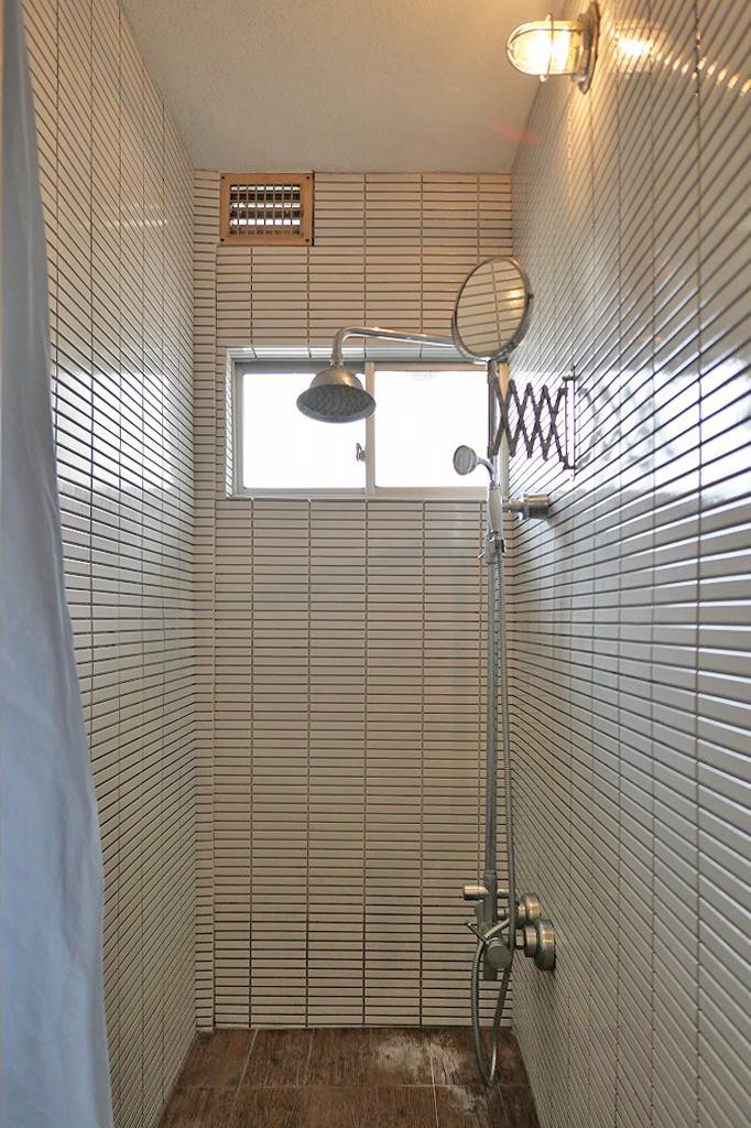 ボーダータイル貼りのシャワーブース