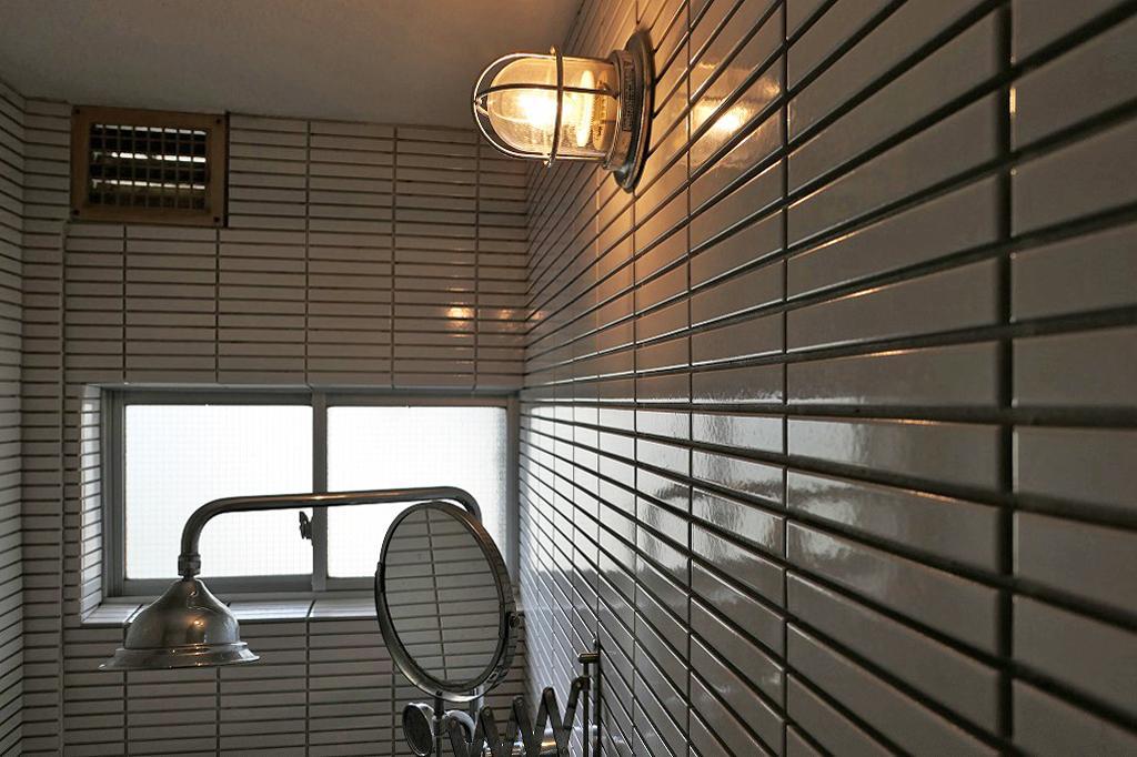 証明やシャワーヘッド、鏡にこだわりが光ります