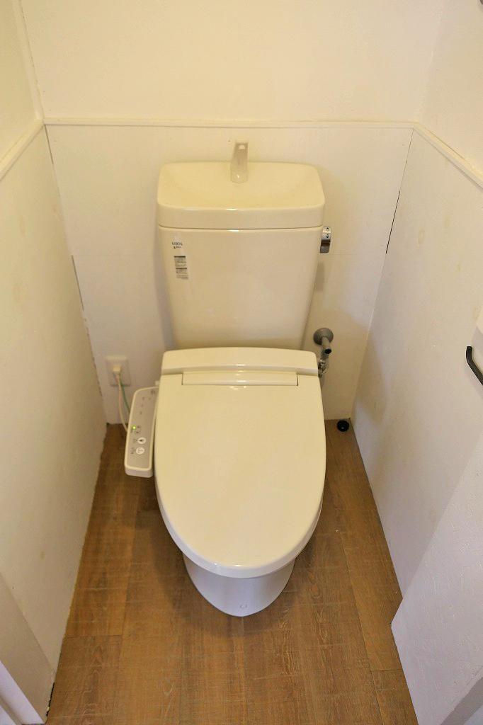 温水洗浄便座付きのトイレ