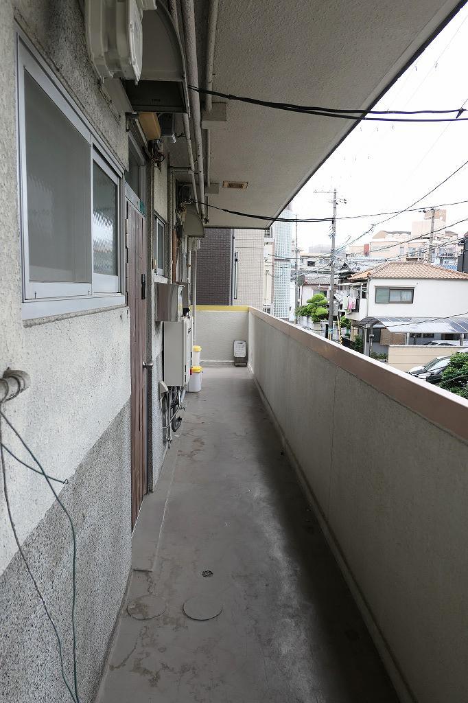 共用廊下。ワンフロア3戸