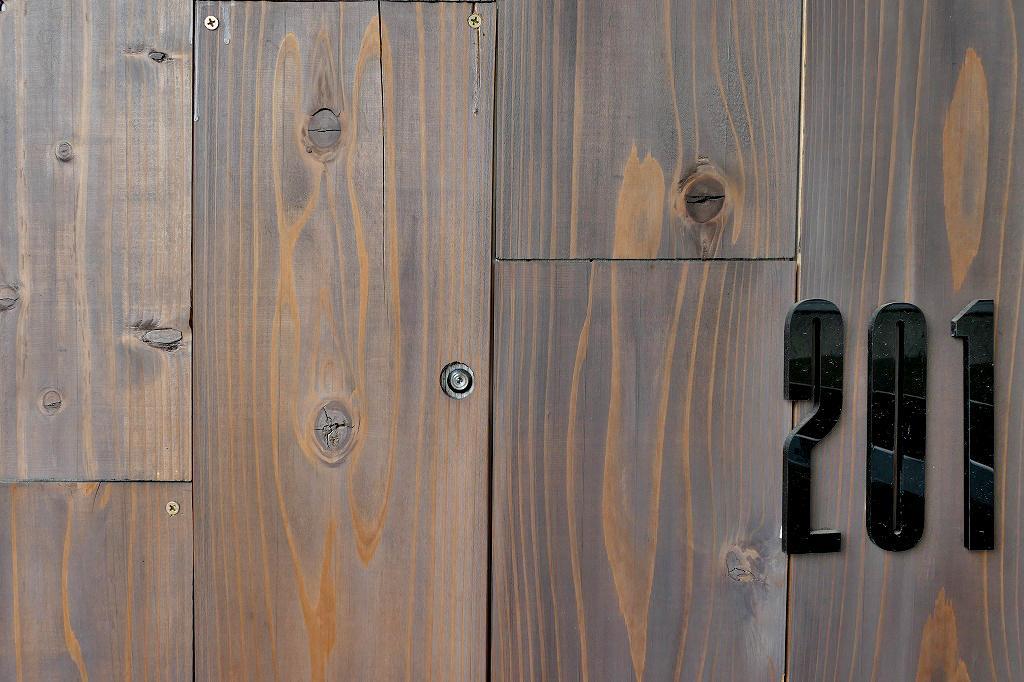板張りの玄関ドア。ここから真っ白な室内・・・想像できますか