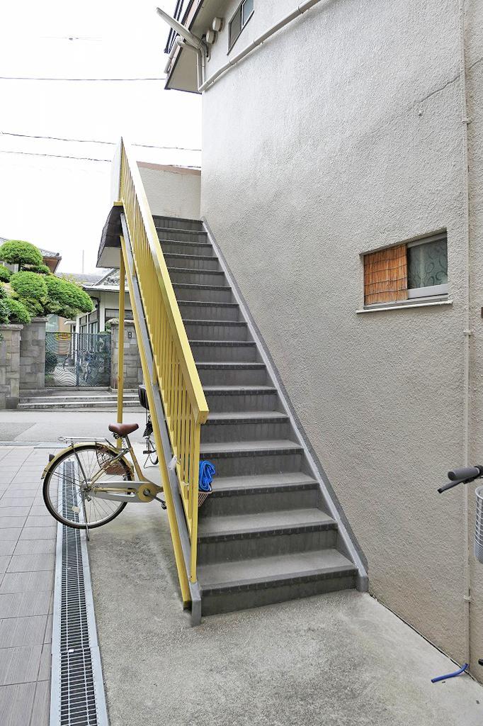 黄色の手すりが印象的な屋外階段
