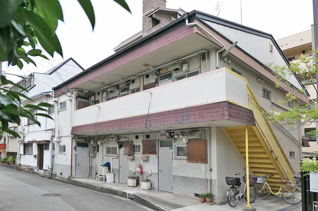 昭和感満載のレトロな外観。黄色の階段がチャームポイントです。