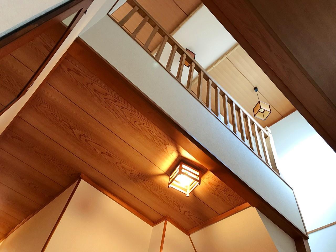 玄関ホールと階段室は吹き抜けに
