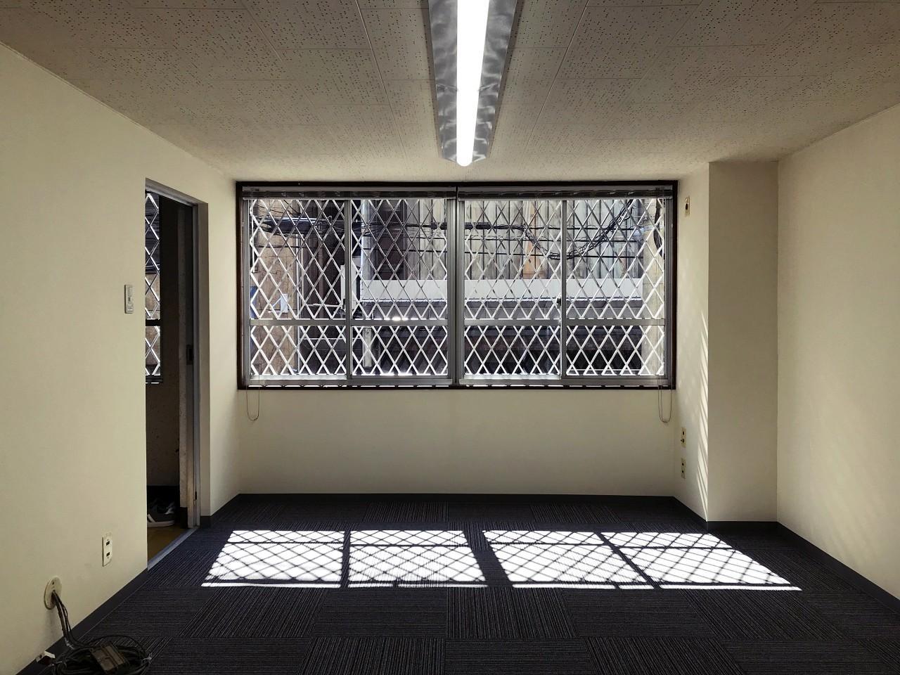 2階の事務所エリア。窓格子がいい味出してます