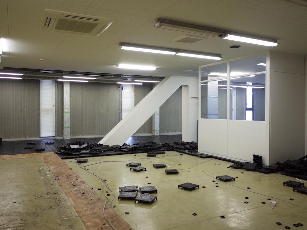 室内は原状回復工事前。