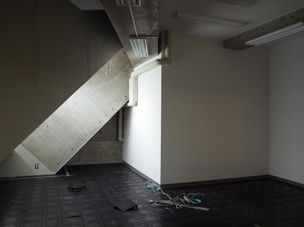 傾斜のついた窓から入る光が絵になる元社長室。