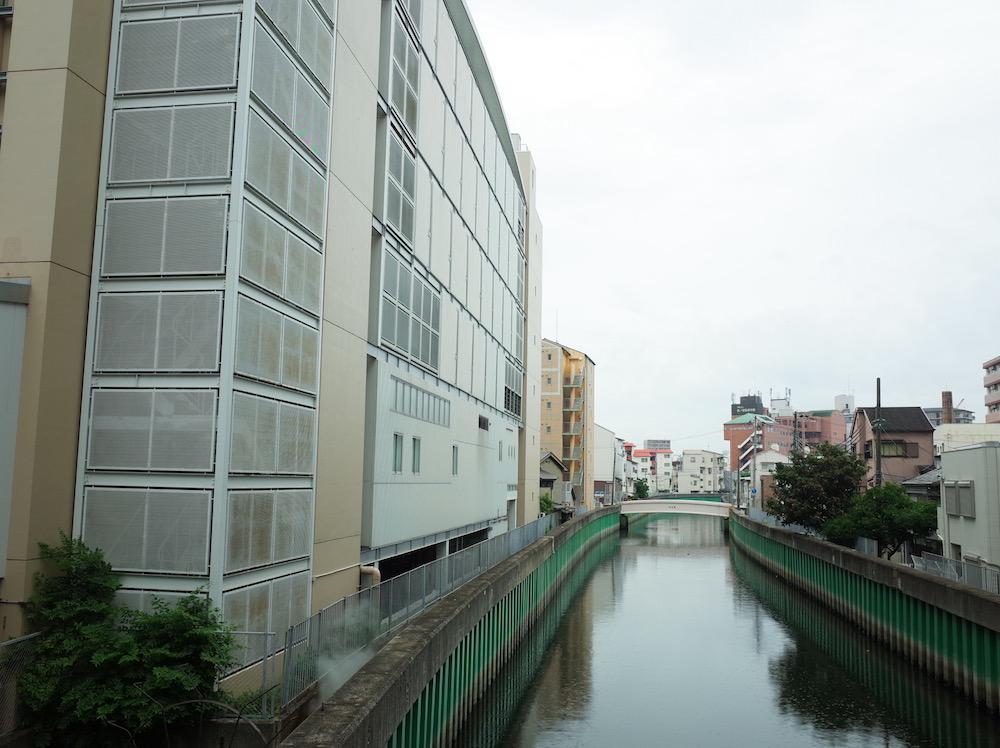 平野川沿いに建ってます