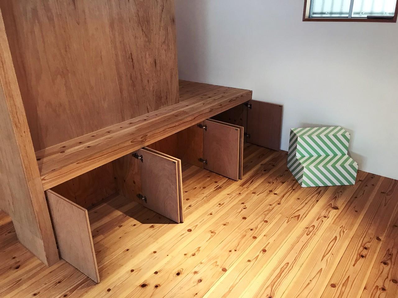 ワークスペース側にも、シンプルな暮らしをささえる収納たち