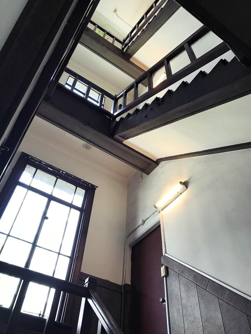 窓に面した螺旋階段も素敵です