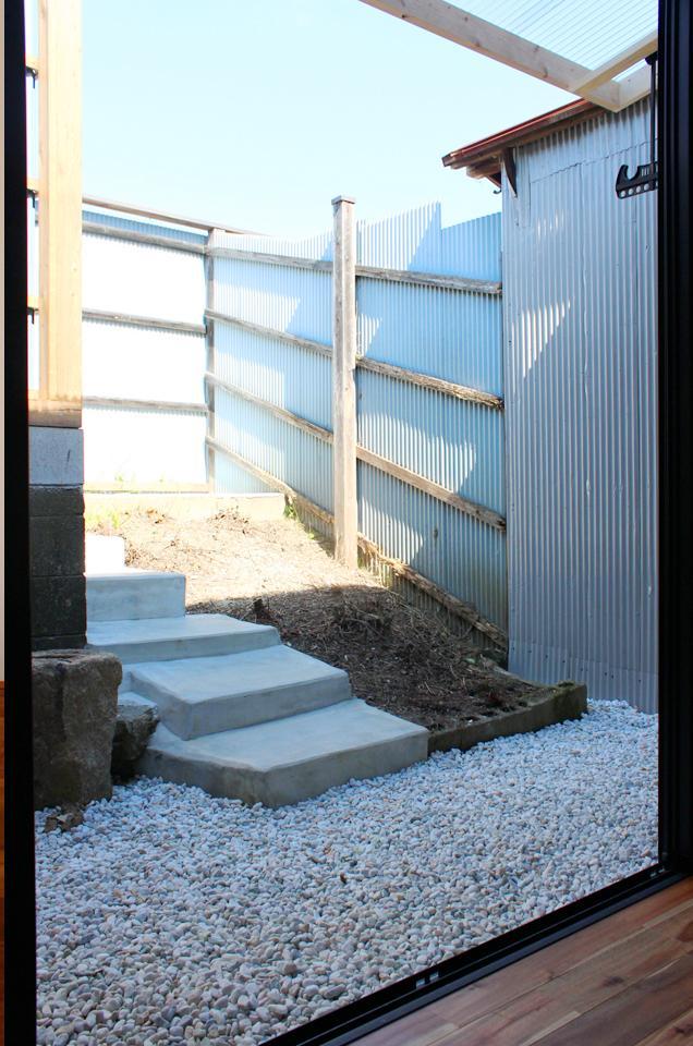傾斜のある専用庭は土手の一部だった名残