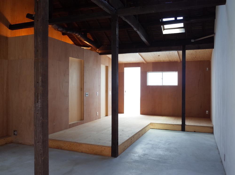 左奥の扉にトイレとシャワーが収まっています(49-4)