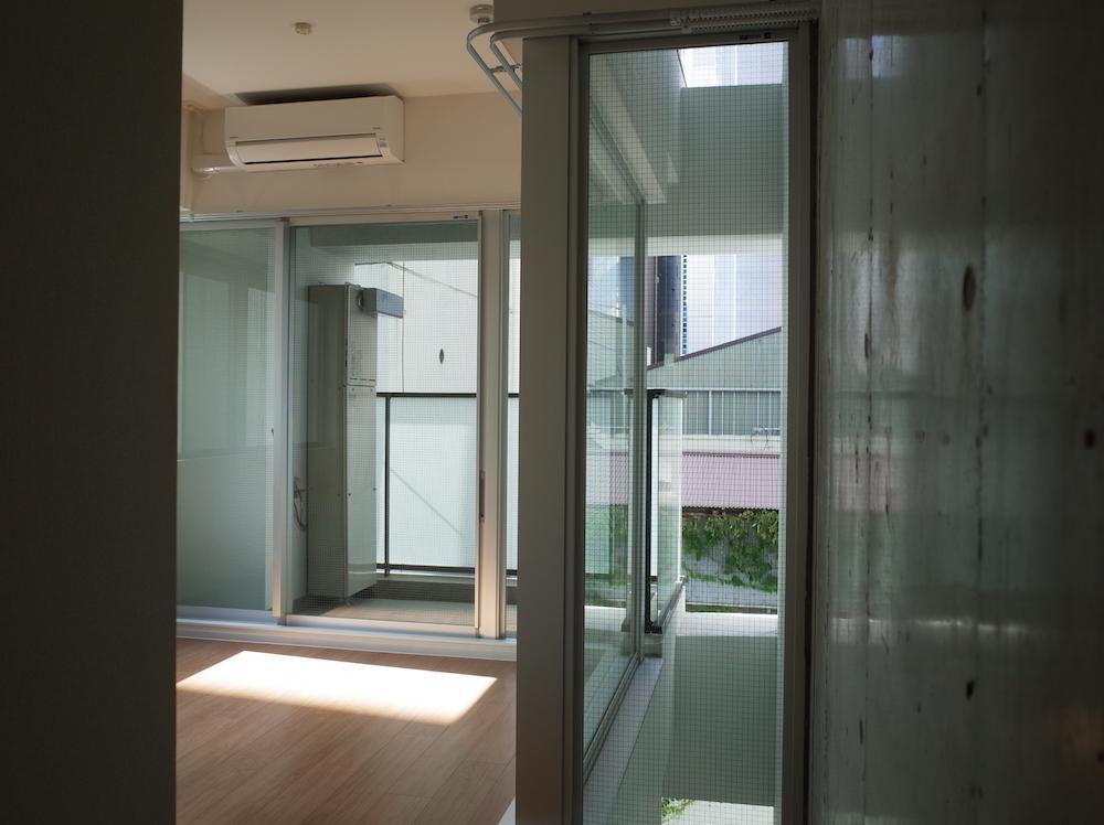 寝室側も窓が多く開放的。エアコンも完備です