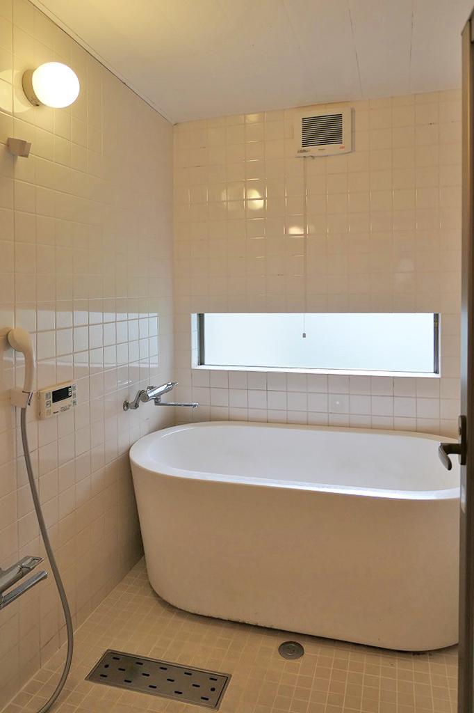 贅沢な総タイル貼りの浴室。