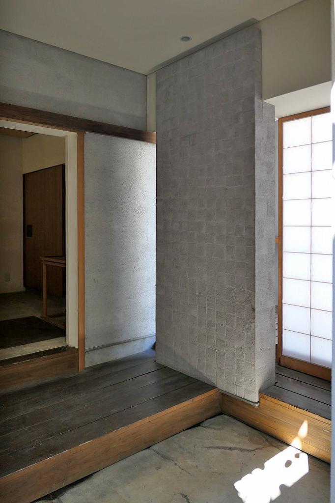 玄関。なんと右に見える障子一枚の向こうは外部。ここは「外」みたいな「内」