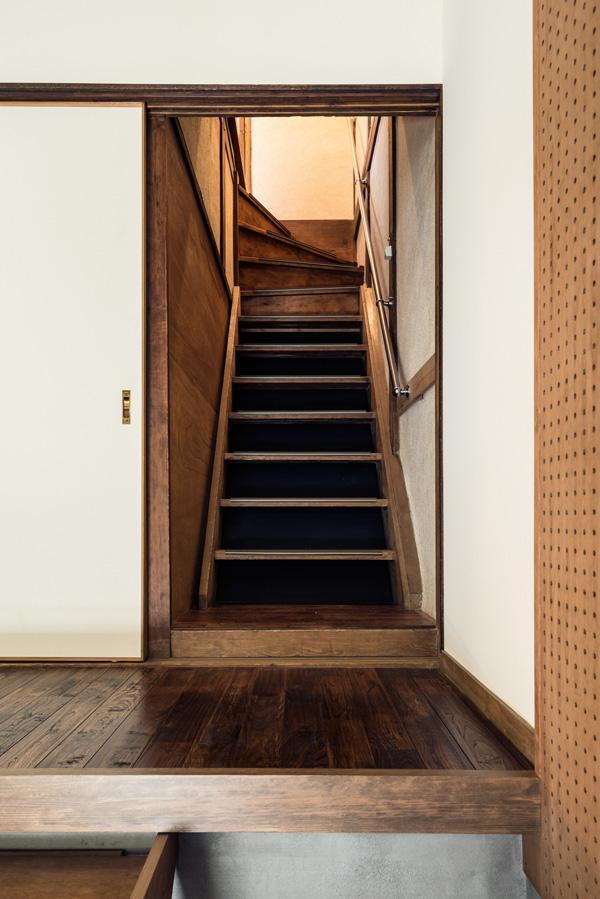 長屋ですので、階段は少し急です