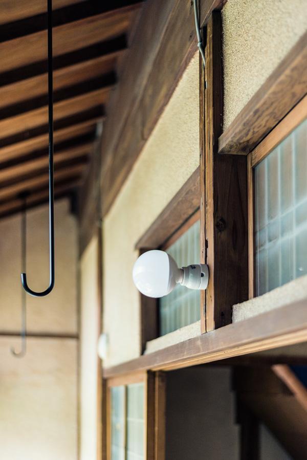 オリジナルの建具によく似合う照明。夜の灯りも格別です