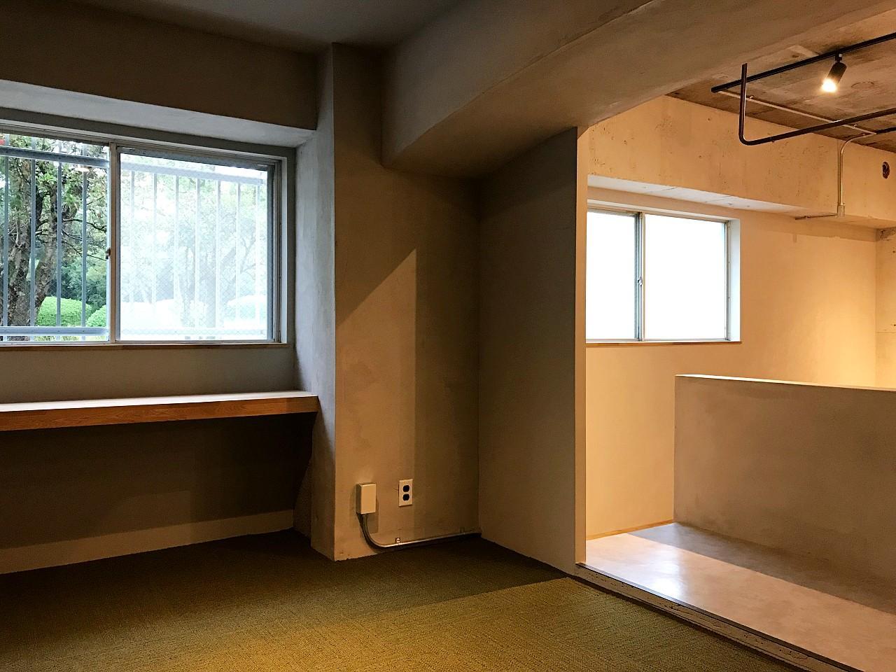 カーペット敷きのベッドスペース