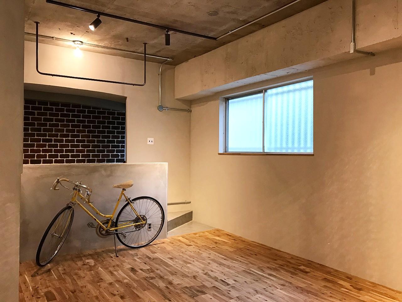 小窓から灯りが入ります(写真の自転車もついてきます!)