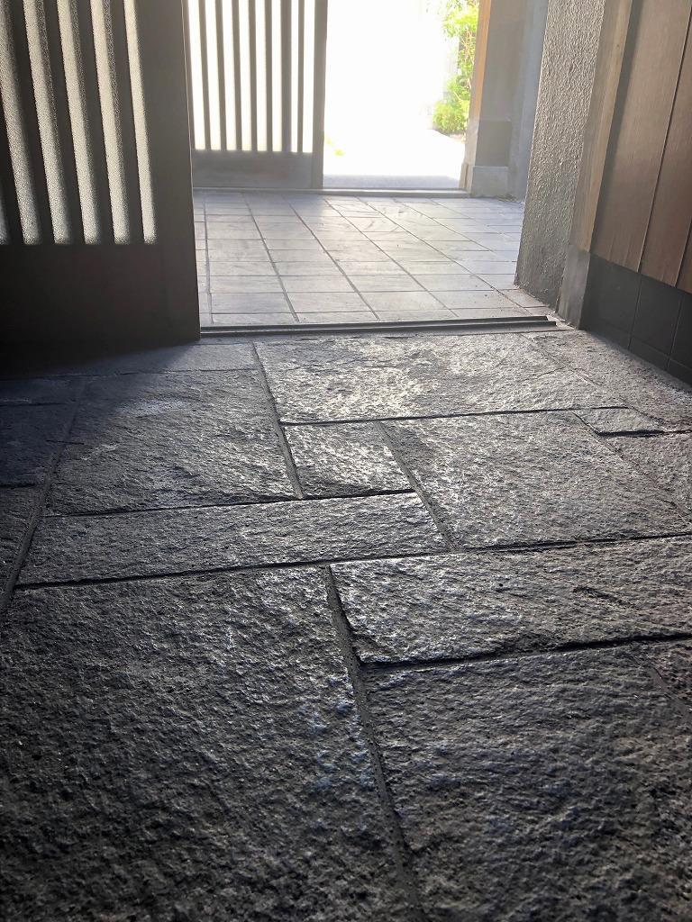 玄関床は石張り