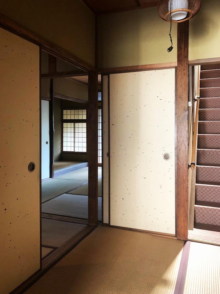 玄関前の小上がりの畳の間