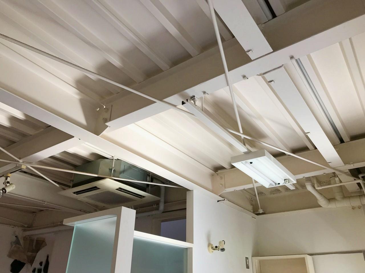 鉄骨向き出しの天井は開放感があります