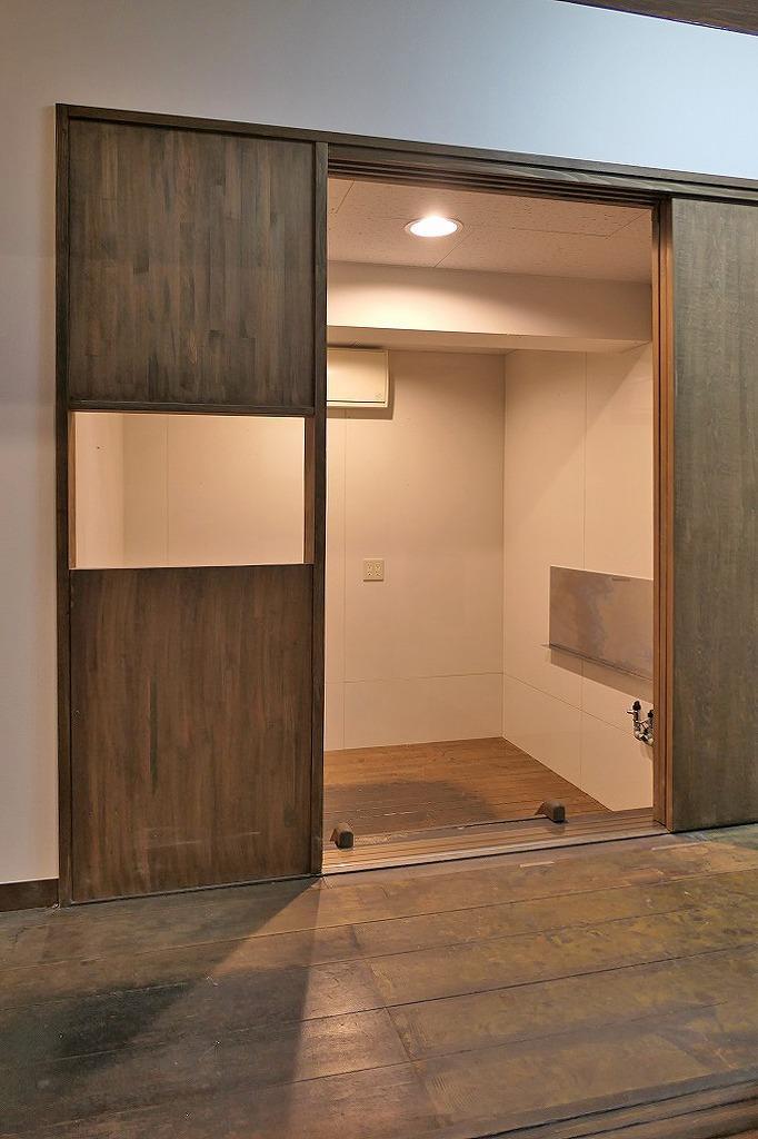 ホールと完全に分かれた厨房スペース