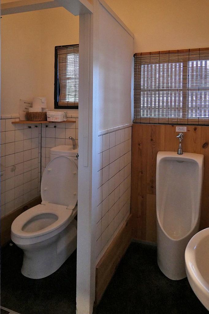 共用の男子トイレ。別に女子トイレもあります。