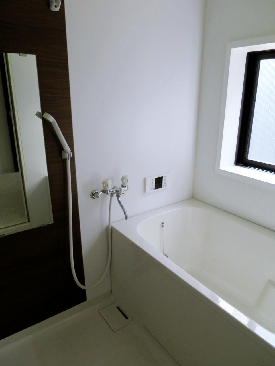 坪庭に面した浴室。水まわり設備は全てピカピカです