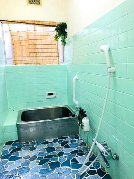 ラムネ色の浴室