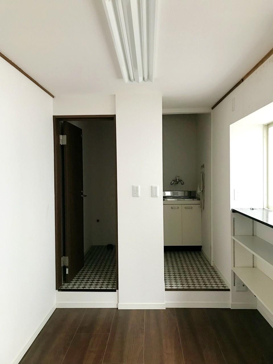 キッチンとトイレは奥に固まってます(トイレは入居前に設置予定)