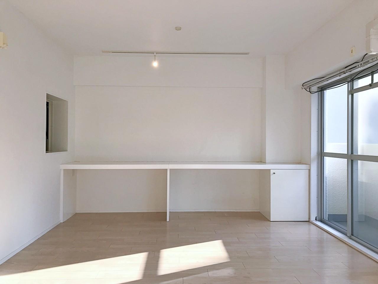 カウンターテーブルを新たに。左の小窓は浴室のもの