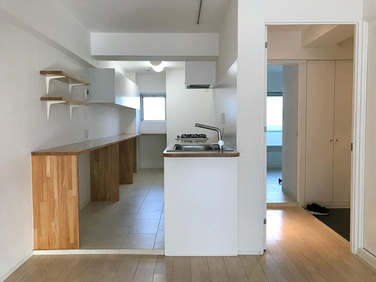 天板と造作カウンターの木目がアクセントのキッチン
