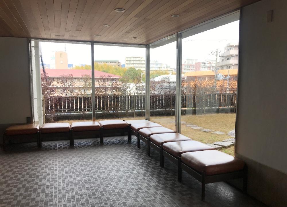ヴィンテージのラウンジチェアに座りながら、中庭を眺めていたい。