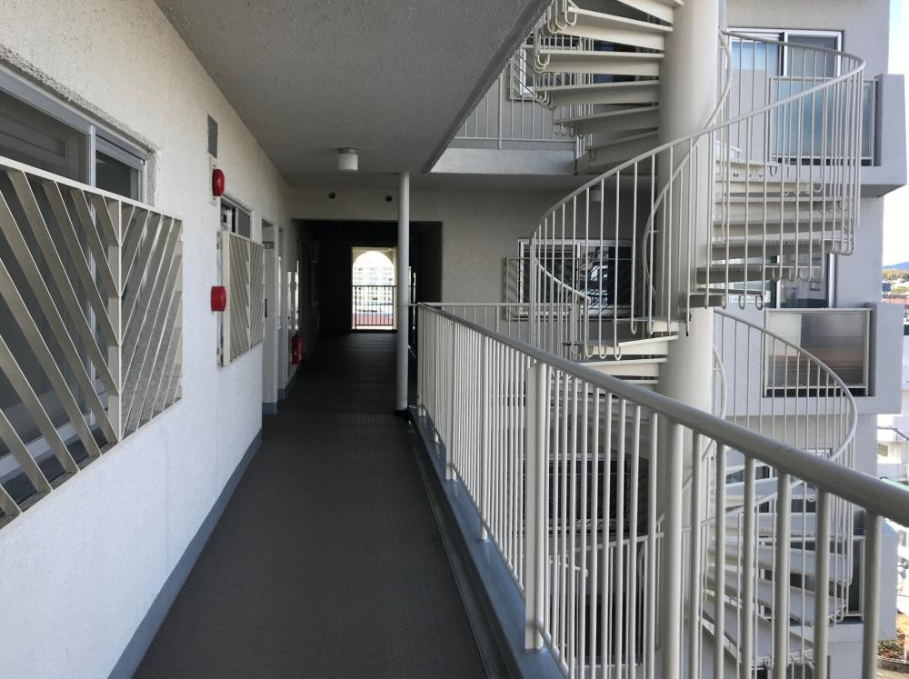 共用廊下部分。窓の柵や螺旋階段がカッコいい。