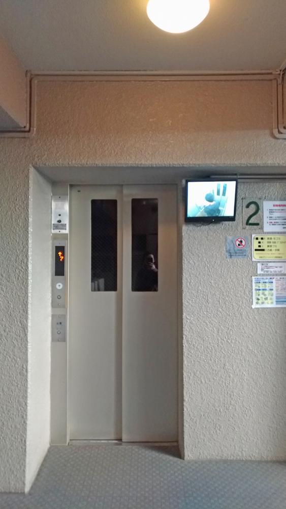 エレベータには監視カメラ。