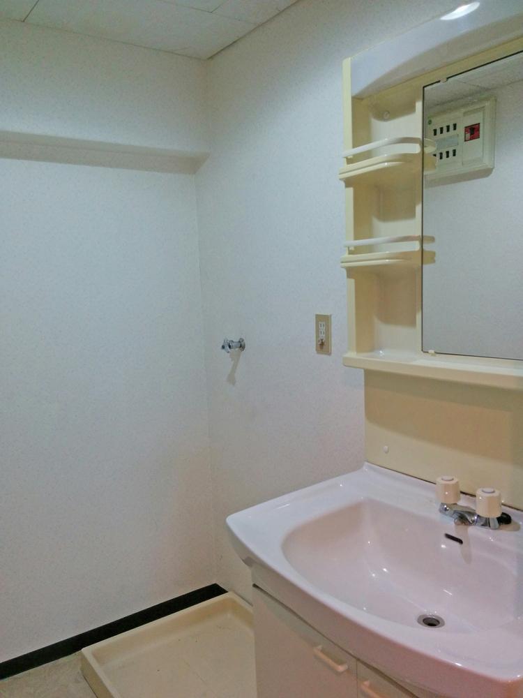 洗面室。室内洗濯機置場もあります。