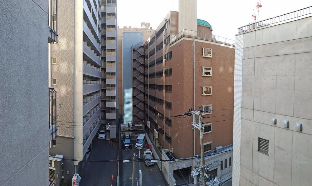 敷地からの眺望。前面建物との距離があって圧迫感が少ない