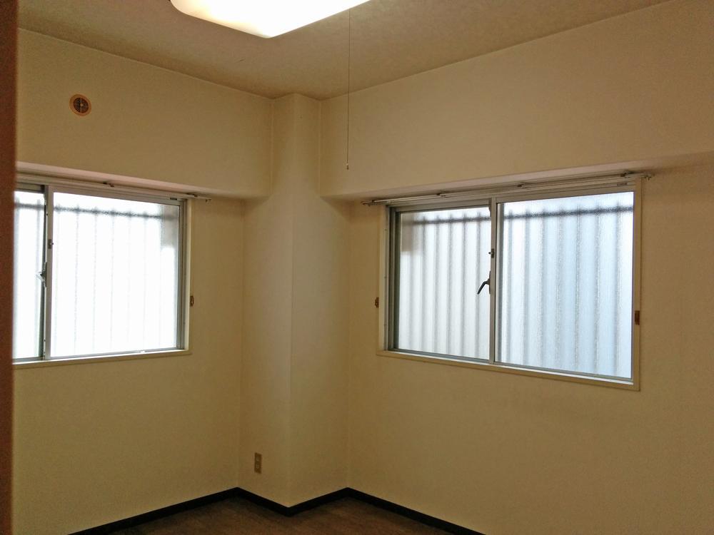 北側の洋室には角部屋ならではの2方向に窓が