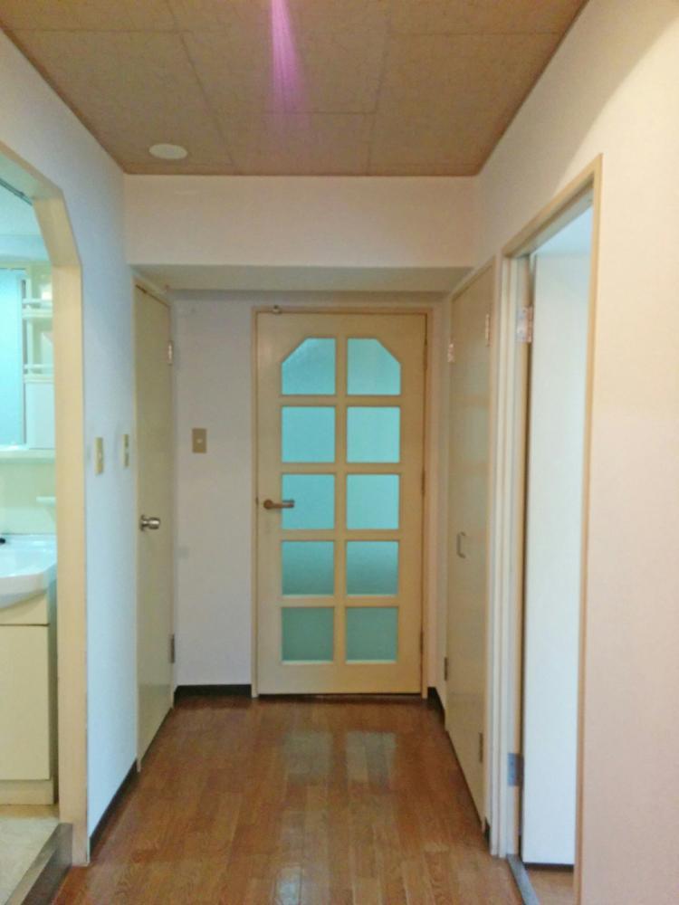 廊下が広い。正面のドアを透明ガラスのものに交換すると一気に開放感が上がります。