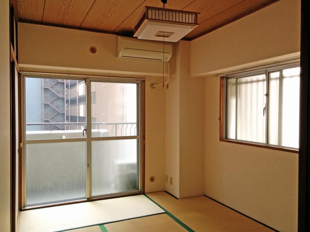 2方向に窓があるので明るい室内