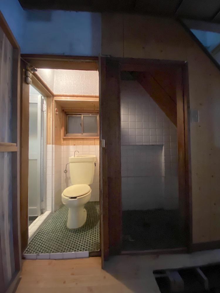 トイレ床タイルがレトロで味あります。左手には浴室。