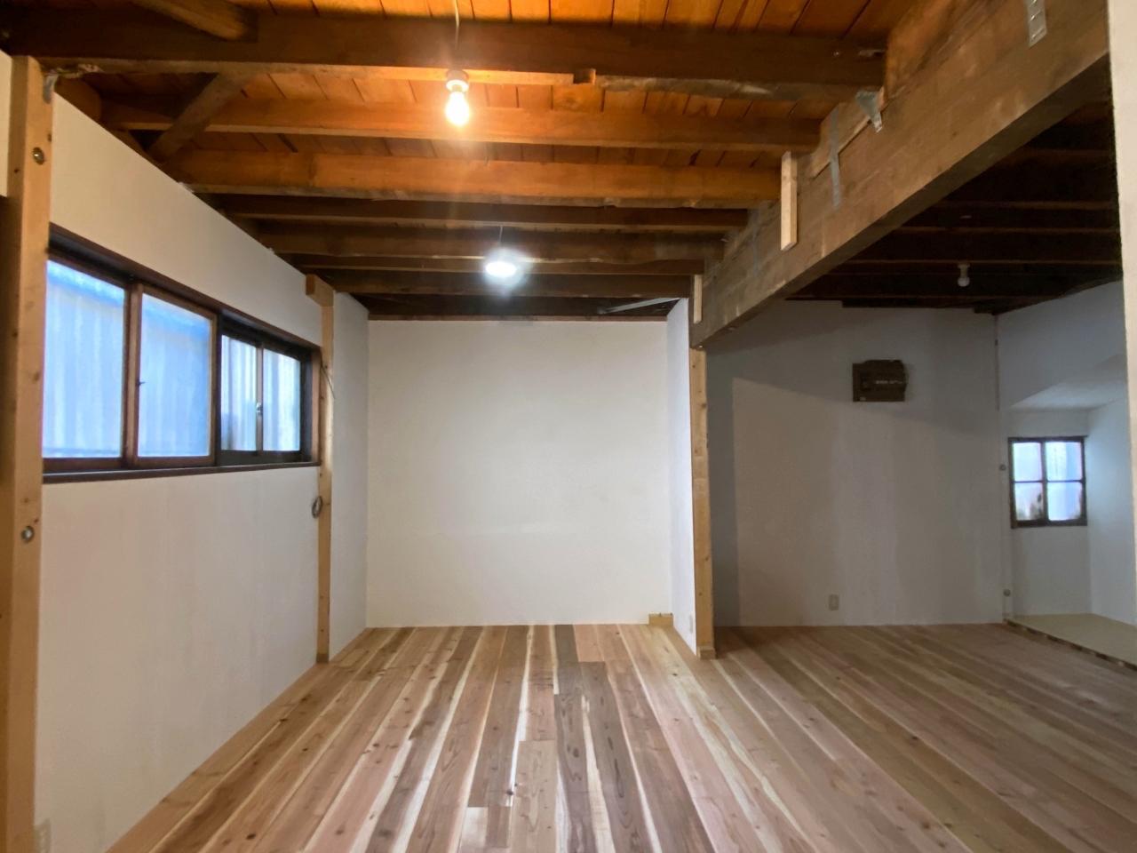 1階、床はスギの無垢フローリング