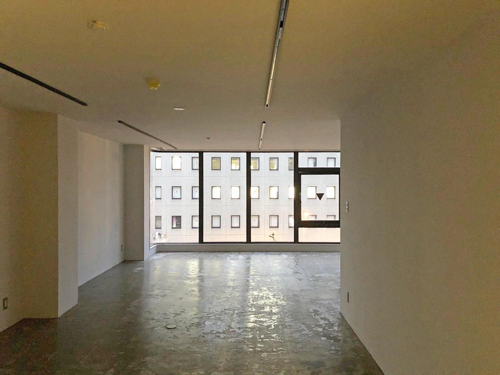 5階の天井は白塗装仕上げ。階によって窓からの景色が変わります
