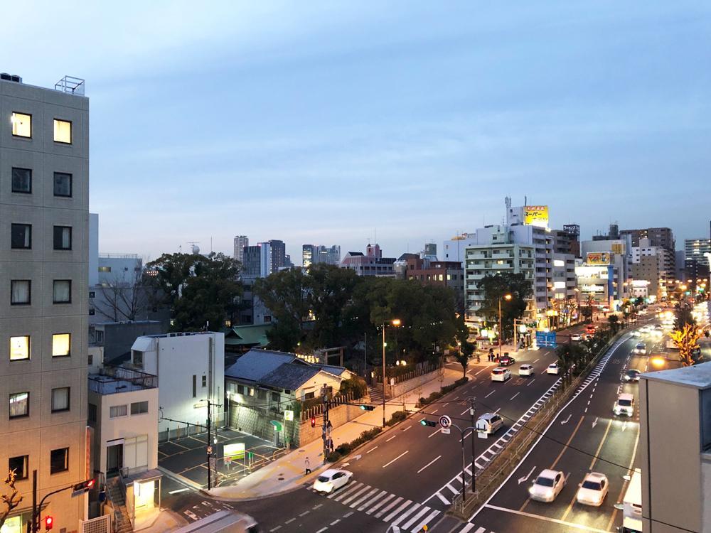 屋上からの眺望。谷町筋を北に上がると四天王寺さんがあります