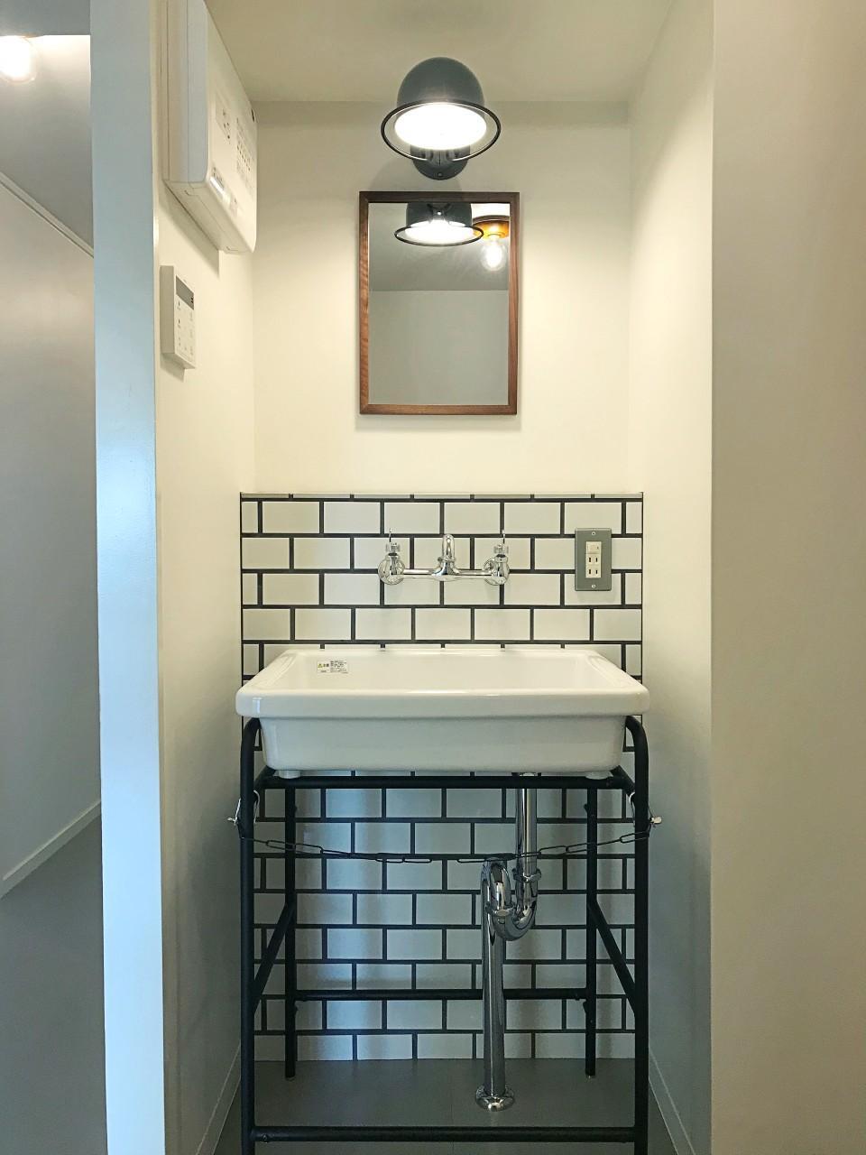 洗面は、タイル壁に実験用シンクの王道スタイル