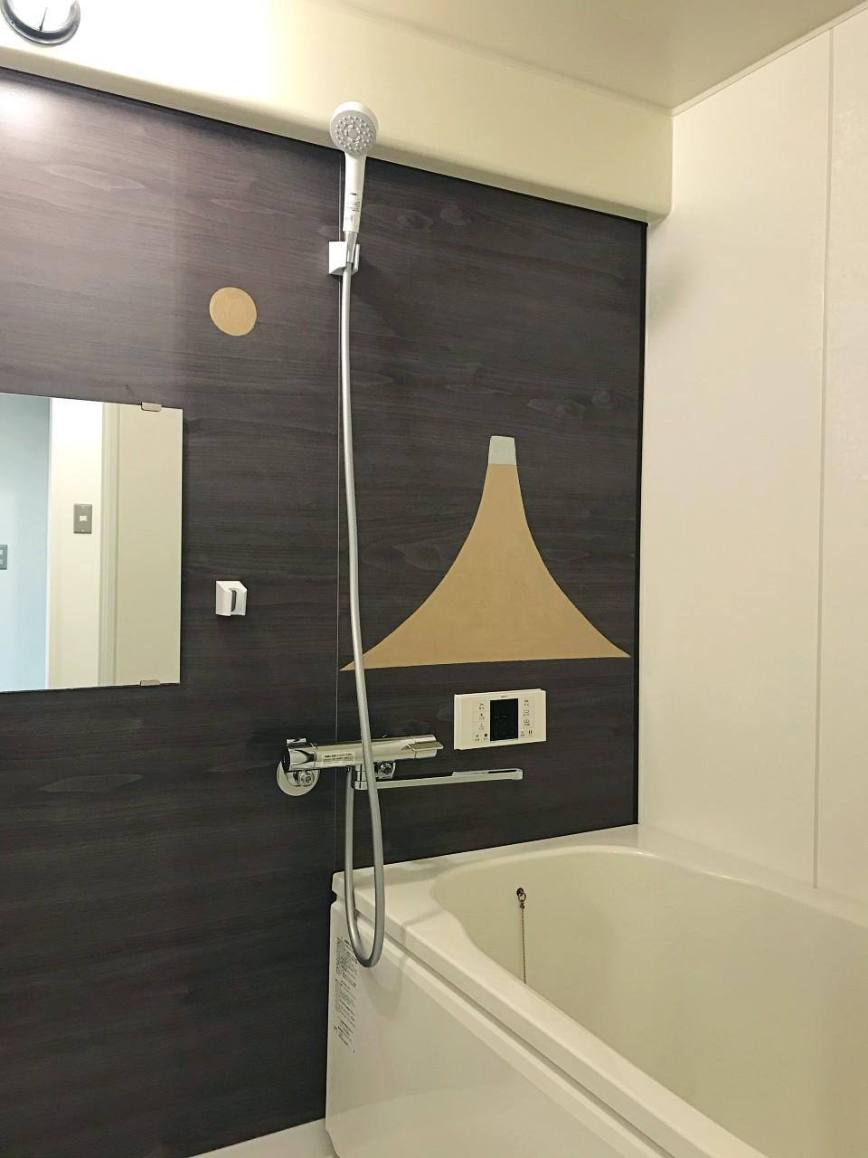 浴室は追焚機能付きのユニットバス。壁には…(次写真に続く)