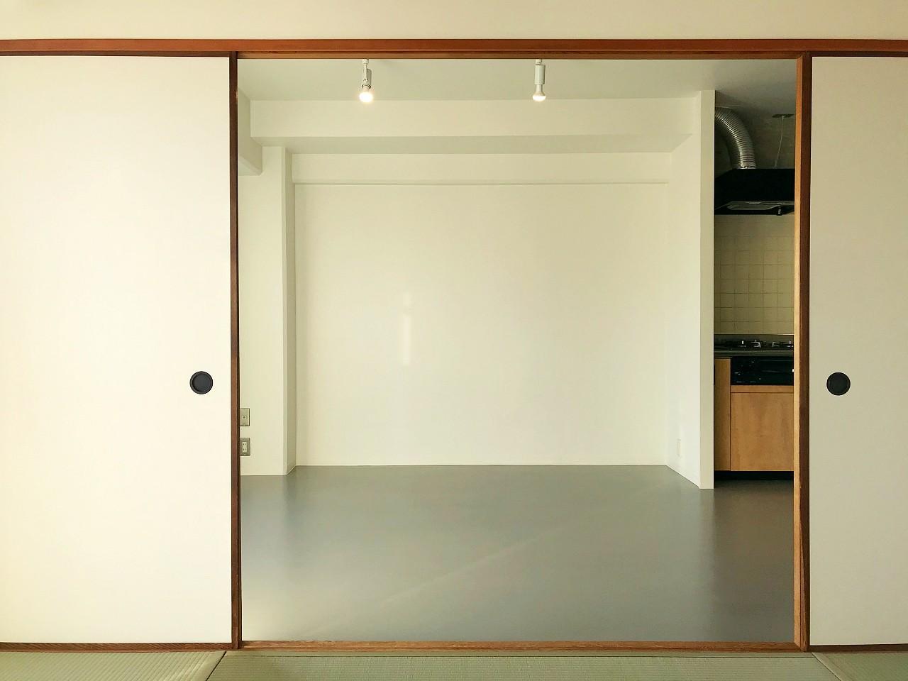 和室と、モノトーンな床のリビング